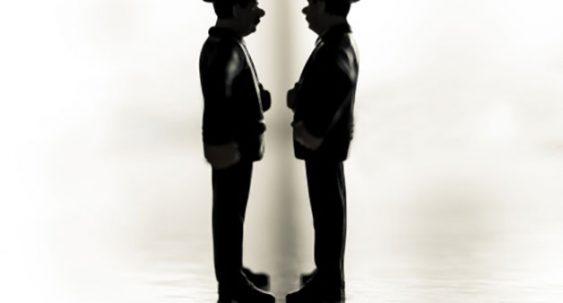 personnages face à face