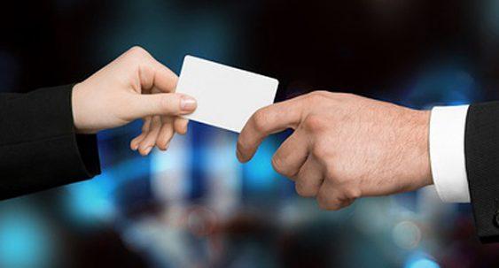 mains qui se passent une carte