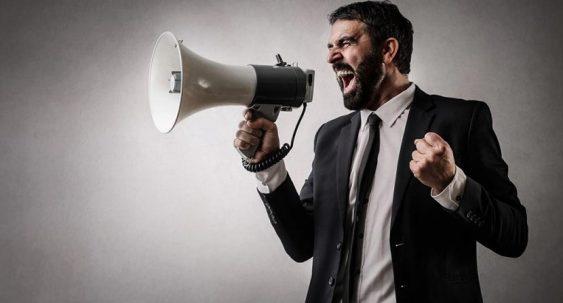 homme en colère avec un mégaphone
