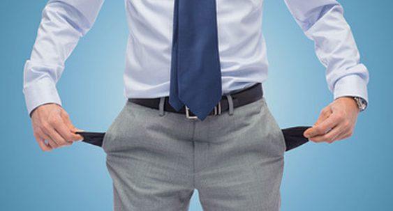homme qui sort les poches de son pantalon