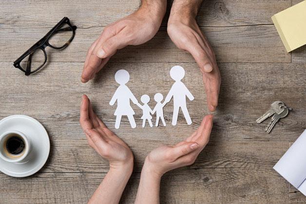 main qui encercle une famille