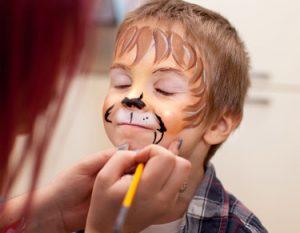 enfant avec maquillage de lion