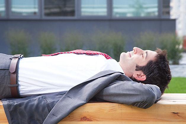 homme allongé sur le dos